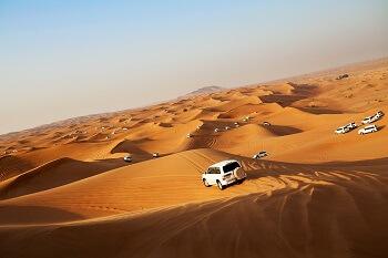 Jeeps bei einer Wüstensafari in Dubai, VAE
