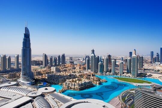 Blick auf die Wolkenkratzer und Pools in Dubai aus der Luft, VAE