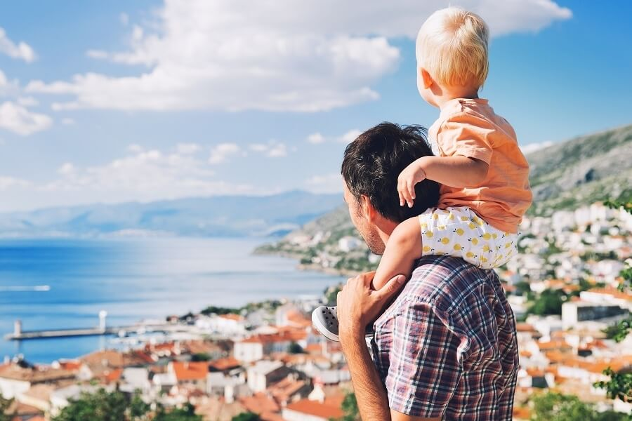 Vater hat Sohn auf den Schultern und schauen auf Küste, Kroatien, Adria