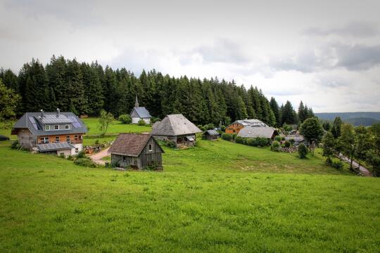 Dorf in den Bergen im Schwarzwald, Deutschland