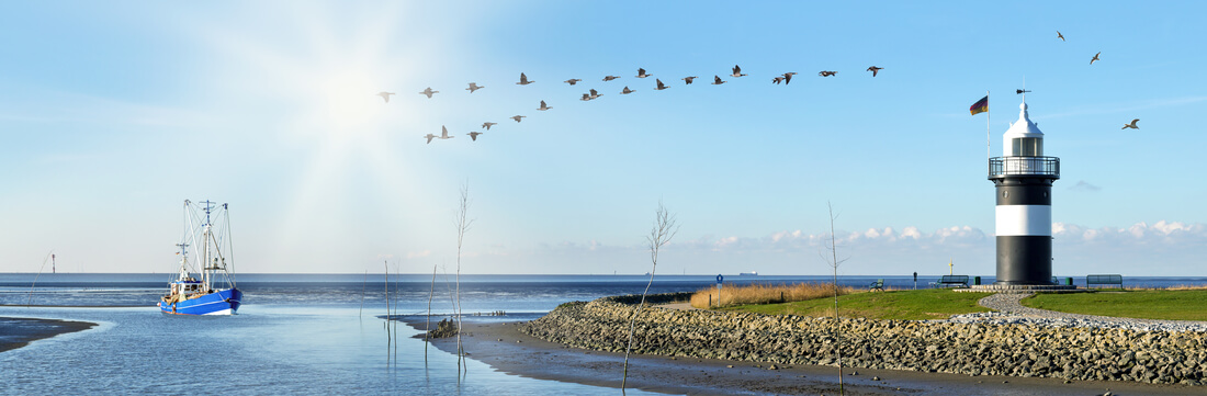 Blick auf die Ostsee mit Leuchtturm in Cuxhaven, Deutschland