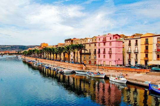 Häser am Hafen auf Sardinien, Italien