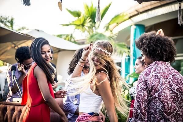 junge Leute feiern und Tanzen in Ibiza, Hippie, San Carlos