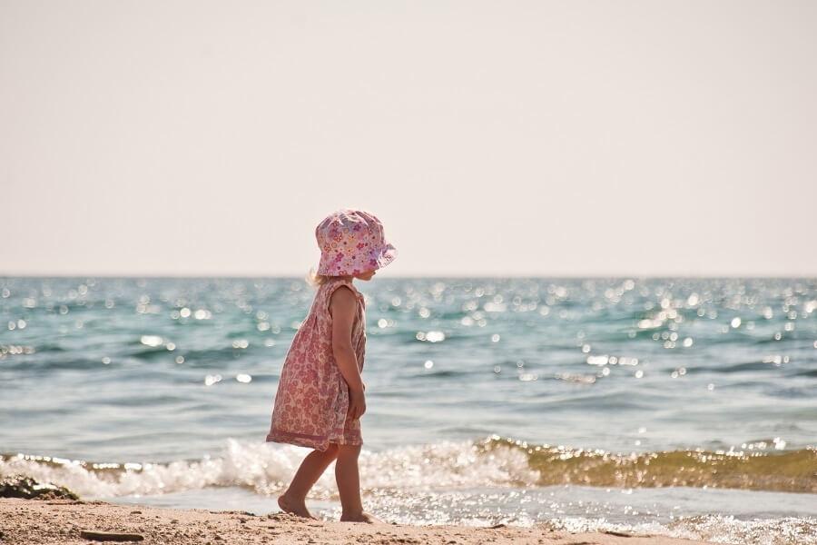 kleines Kind am Meer, Badeurlaub, Italien, Adria