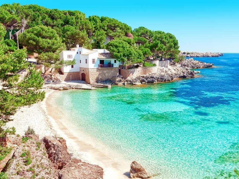 ruhiger Strand mit Haus in Cala Ratjada