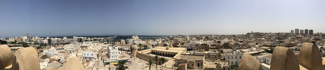 Panoramablick über eine Stadt in Tunesien