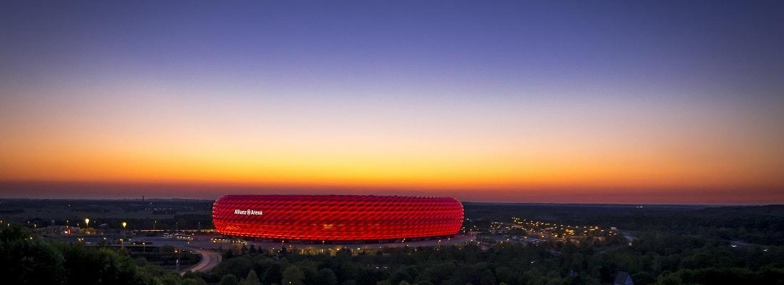 Allianz Arena München im Sonnenuntergang, beleuchtet
