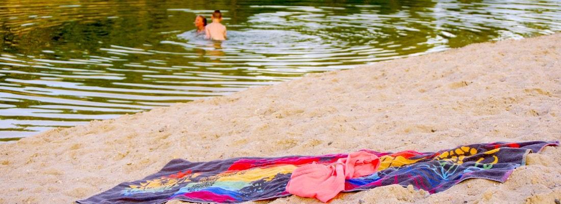 Badetuch am Strand, Badesee
