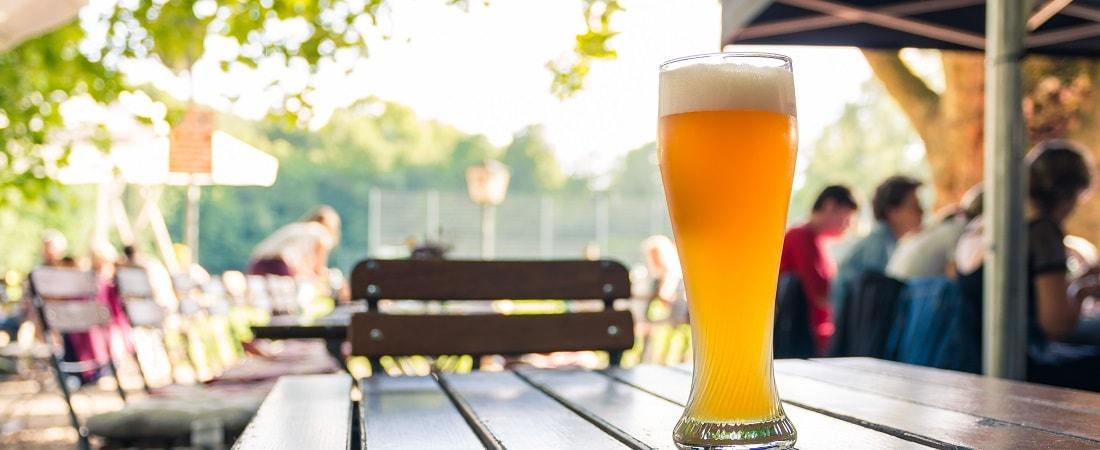 Bierglas auf einem Tisch, Freisitz, Sonne