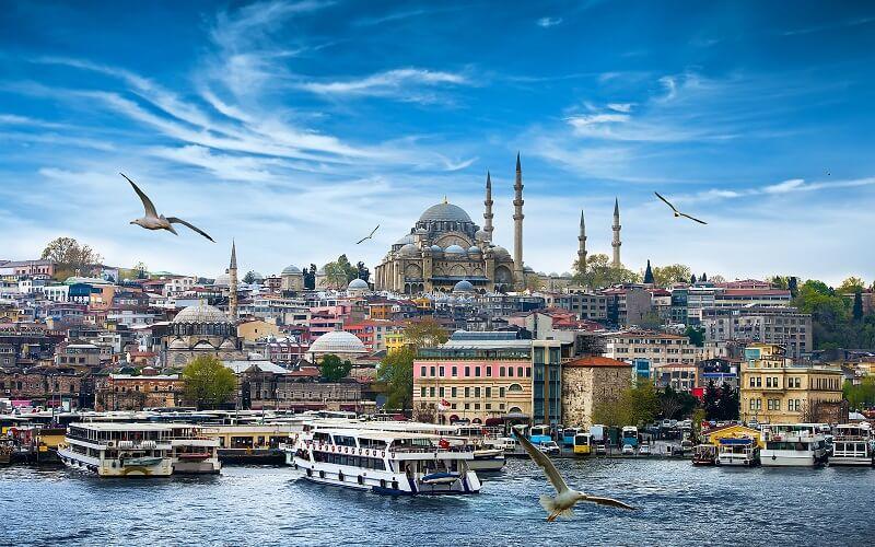 Blick auf Istanbul vom Wasser, Boote, Möwen, blauer Himmel