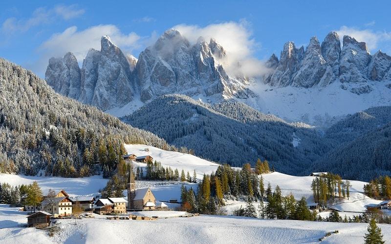 Blick auf das verschneite St. Magdalena, Südtirol, Italien