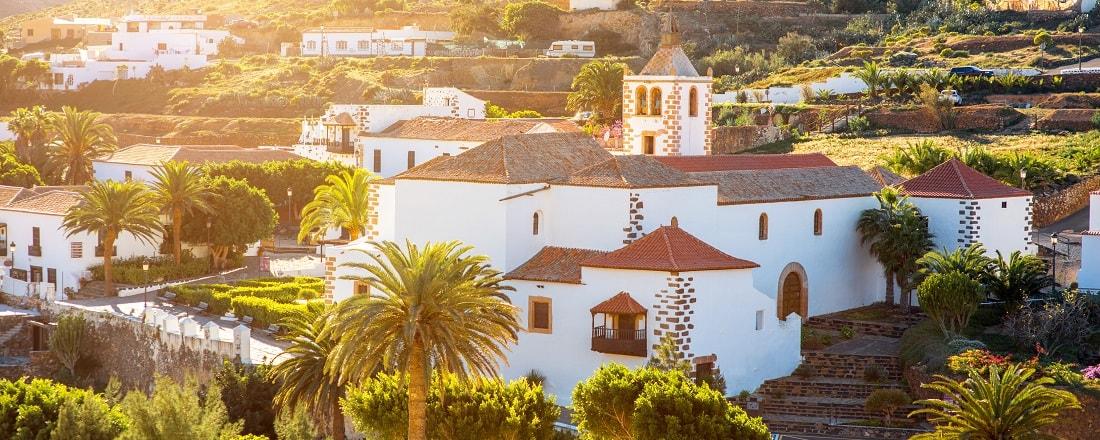 Blick auf die weißen Häuser eines kleinen Dorfs auf Fuerteventura