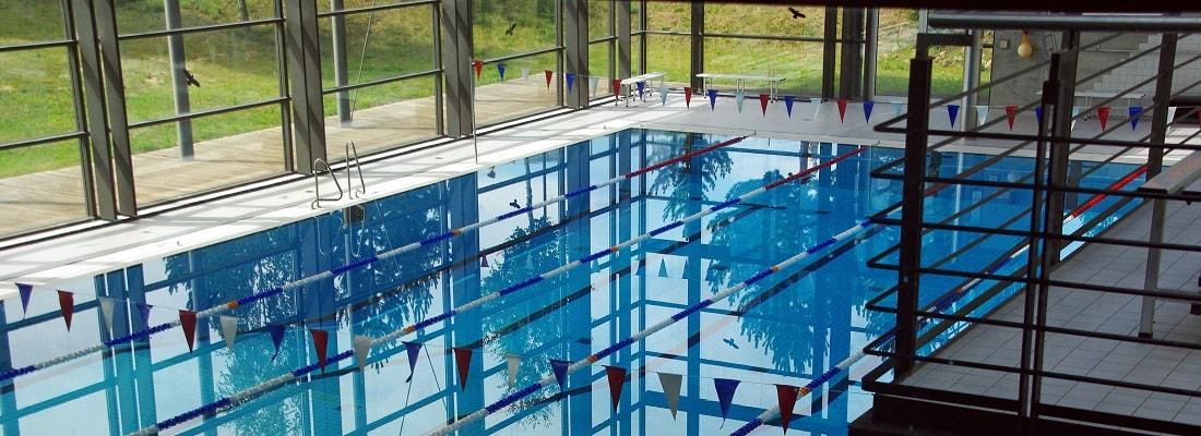 Blick auf ein Schwimmbecken in einer Schwimmhalle