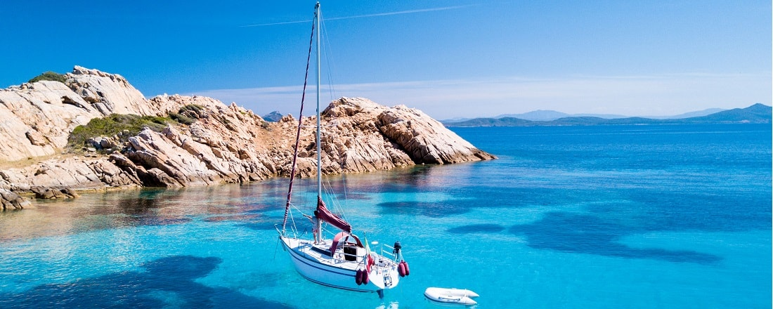Blick auf ein kleines Segelboot auf Sardinien