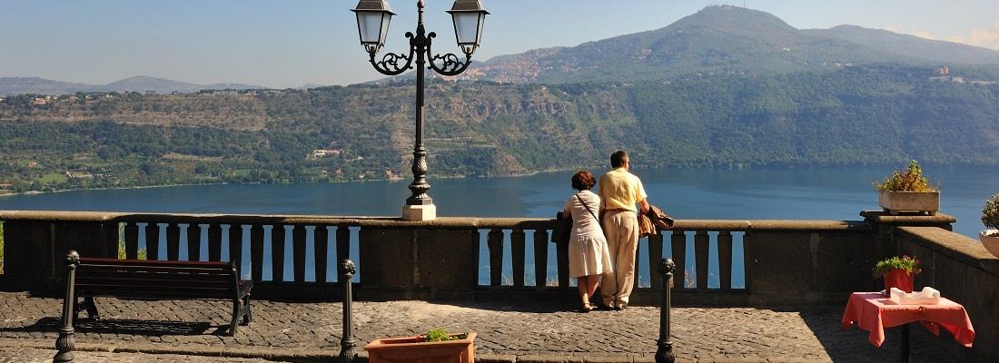 Blick von Castel Gandolfo auf den Lago Albano