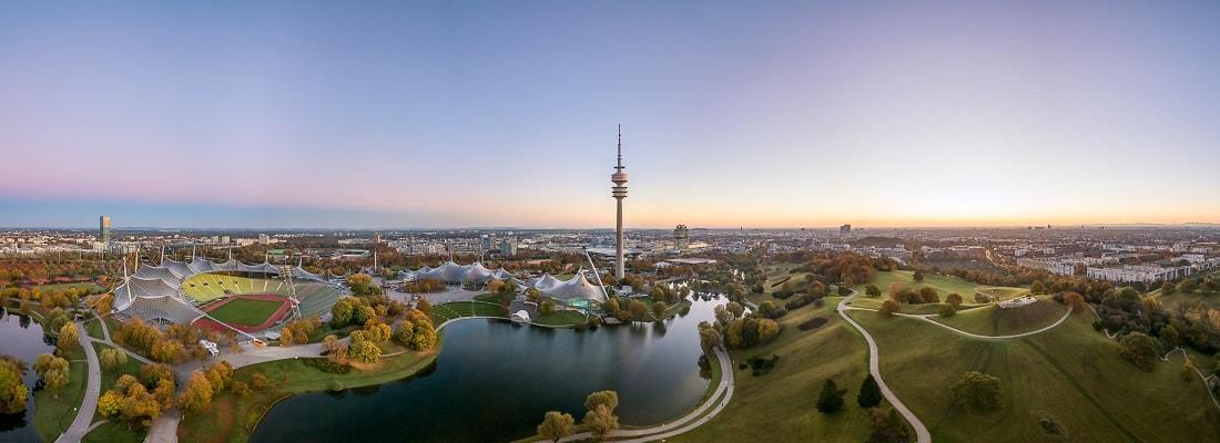 Der Olympiapark in München im Herbst aus der Luft als Aerial