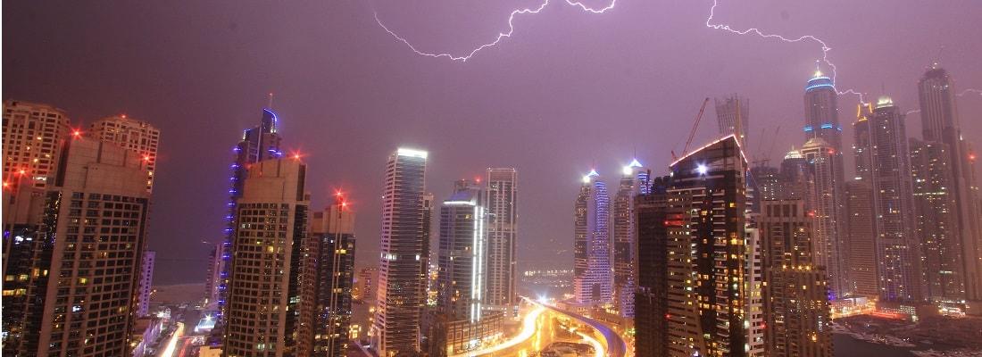 Dubai bei Nacht im Regen und Blitzen