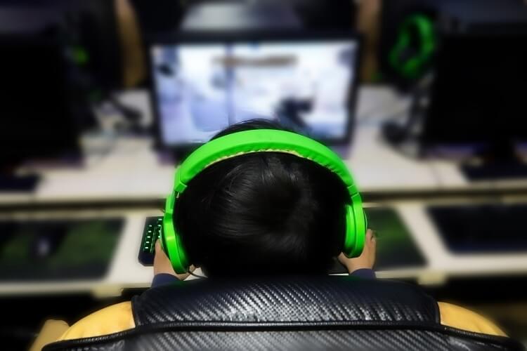 E-Sportler beim zocken, Blick über die Schulter