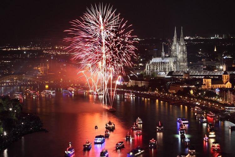 Feuerwerk in Köln am Rhein, Bild bei Nacht
