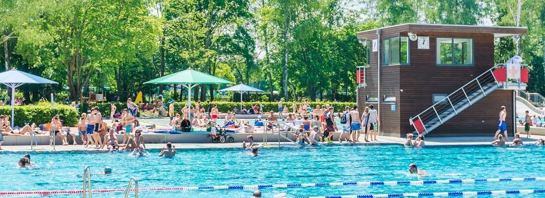 Freibad im Sommer, viele Menschen, Sonne
