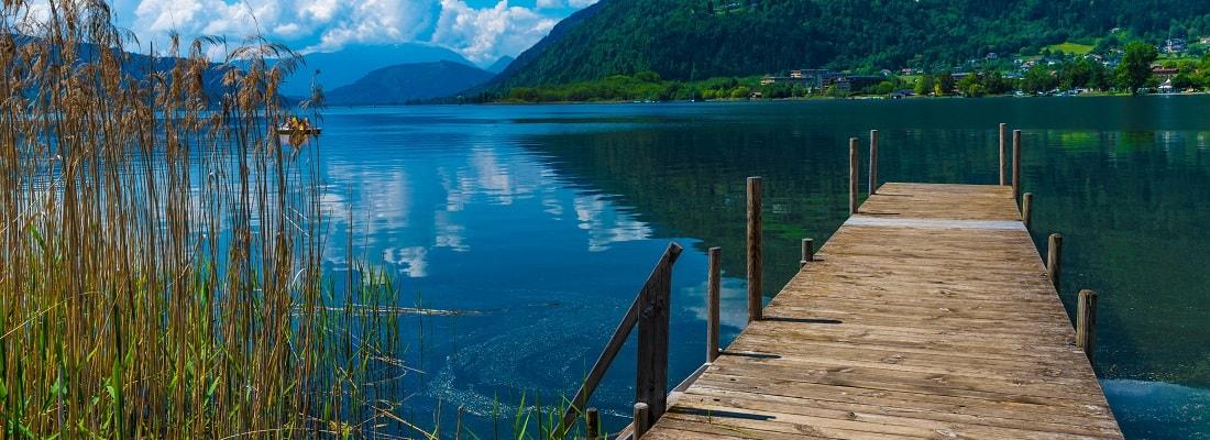 Holzsteg am Ossiacher See in Österreich