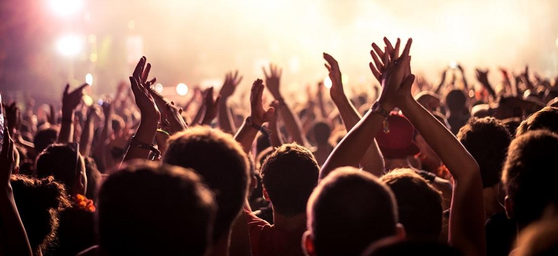 Menschen beim Konzert