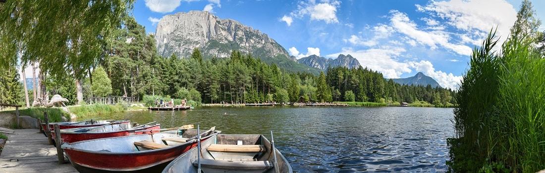 Panorama Völser Weiher in Südtirol, Alpen, Boote
