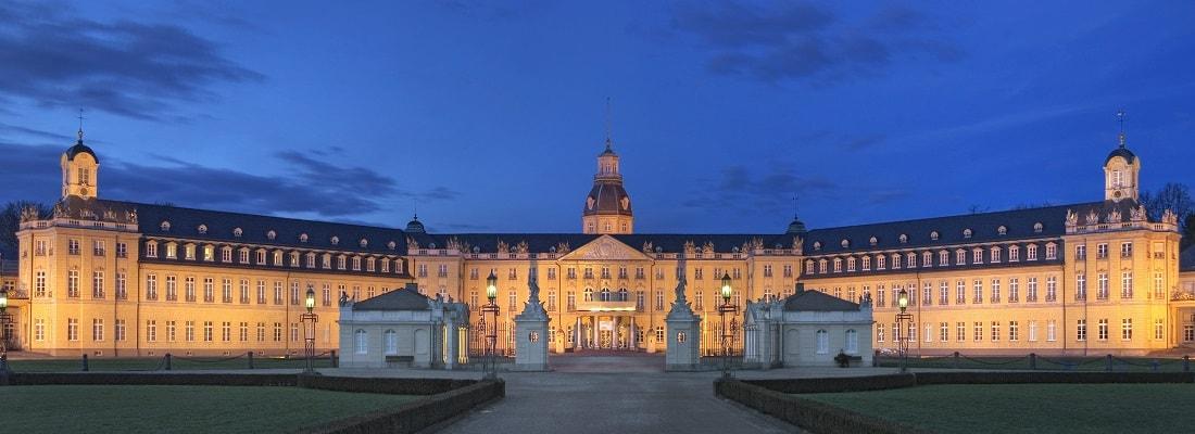 Panoramabild vom Schloss in Karlsruhe, beleuchtet