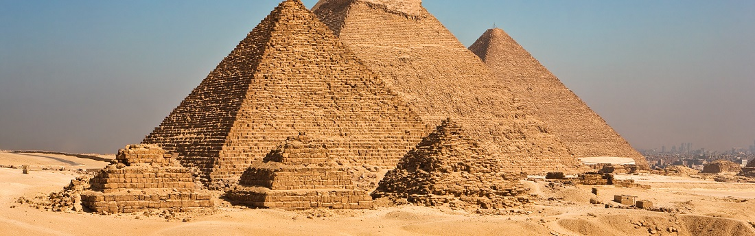 Pyramiden in Ägypten, im Hintergrund Kairo