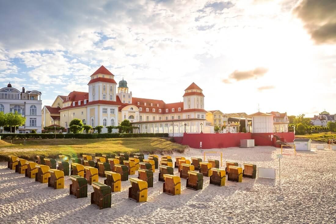 Rügen Binz Kurhaus mit Strandkörben davor