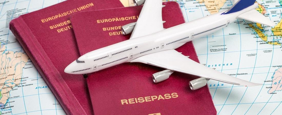 Reisepass auf Karte mit miniatur Flugzeug