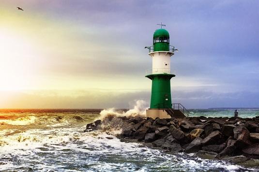 Wellen am Leuchtturm in Rostock-Warnemünde