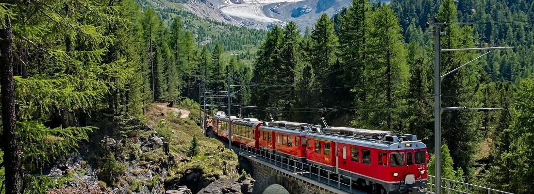 Roter Zug fährt durch das Berner Oberland