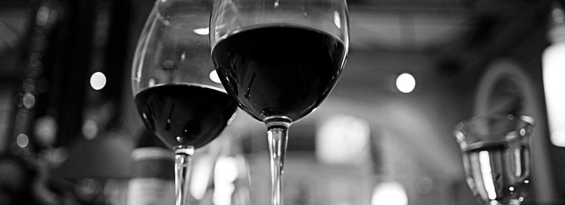 Rotwein in Gläsern, schwarz weis Bild