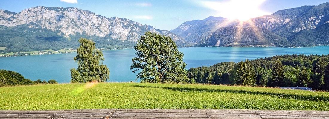 See in Österreich, Sonnenschein, Berge, Wiese