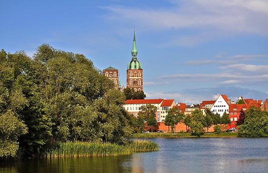 Stralsund Teich Bäume Häuser Kirche