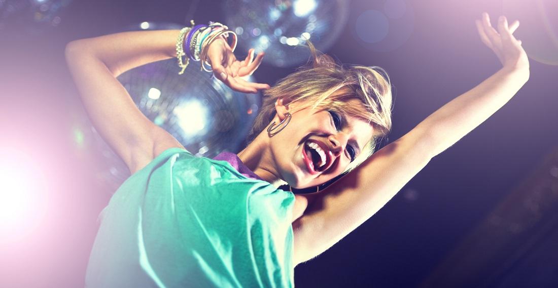 Tanzende Frau in der Disko