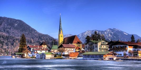 Häuser und Kirche am Ufer des Tegernsees
