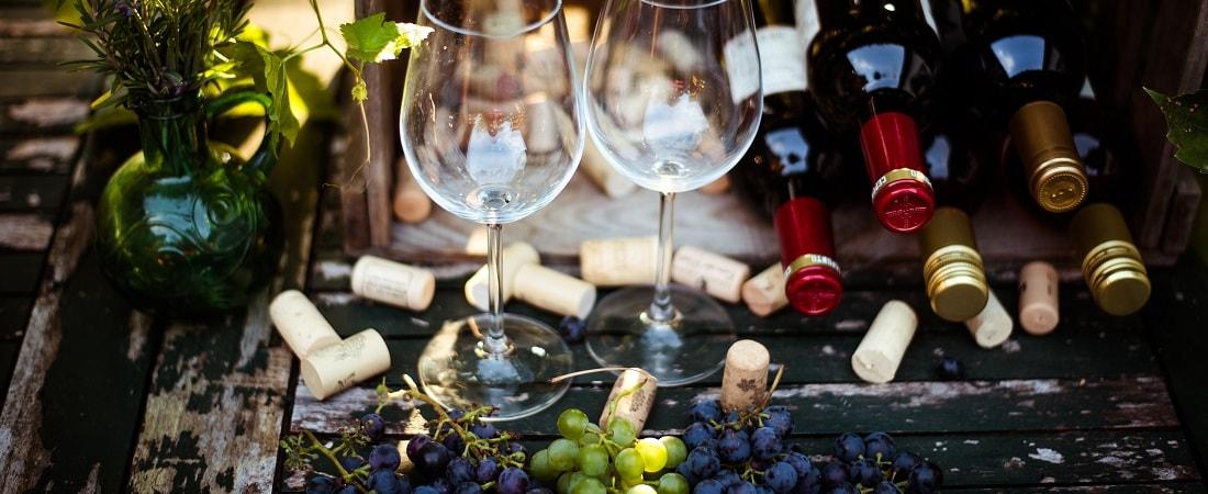 Wein mit Weinkiste und Trauben