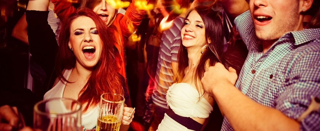 junge Leute am tanzen, Party, lockerer Dresscode