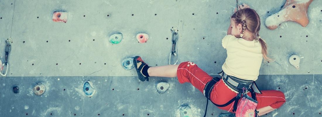 kleines Mädchen an Kletterwand