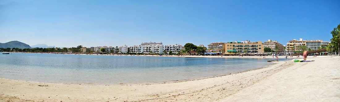 Panorama vom Strand in Alcudia auf Mallorca, Balearen, Spanien
