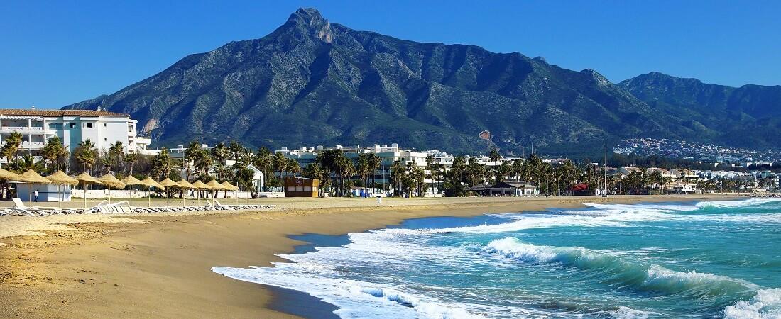 Blick auf den Strand von Marbella in Spanien, Andalusien